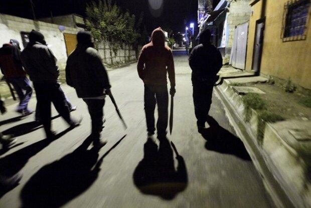 """Киев превратился в Дикий Запад: банда малолетних """"ковбоев"""" жестоко терроризирует прохожих, видео"""