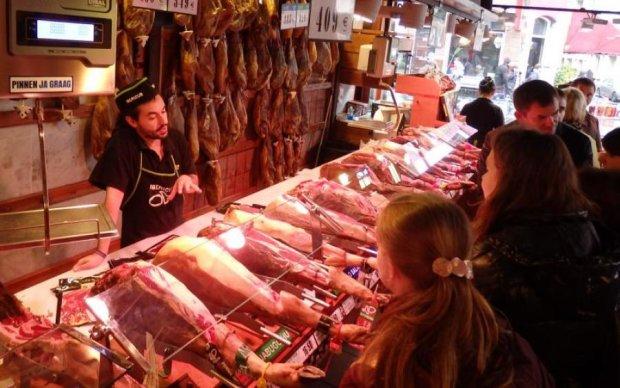 Доки покупці вибирали м'ясо, один шматок мало не втік: моторошне відео