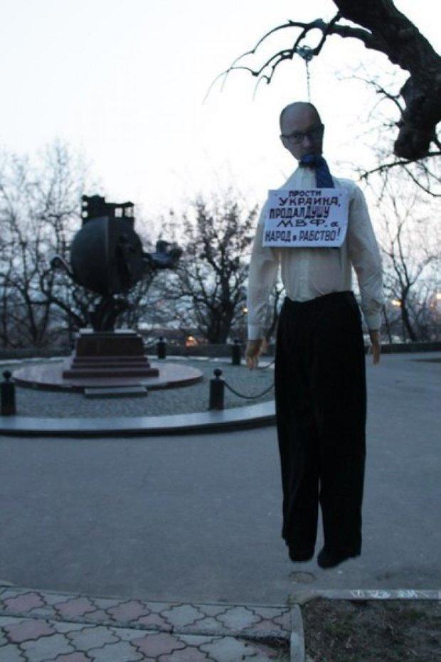 В Одесі повісили опудало Яценюка