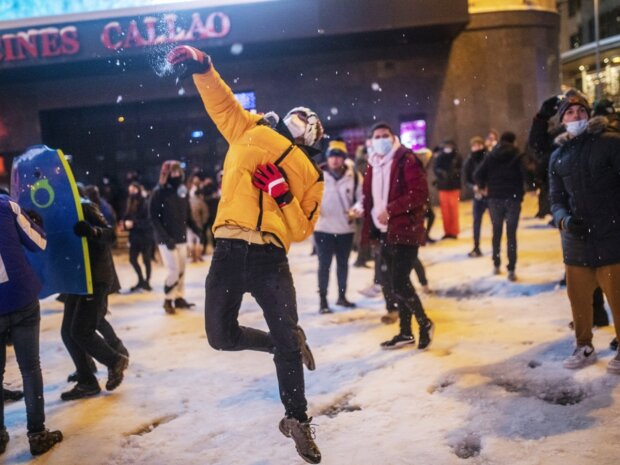 Разгон за снежки, фото Lenta.ru