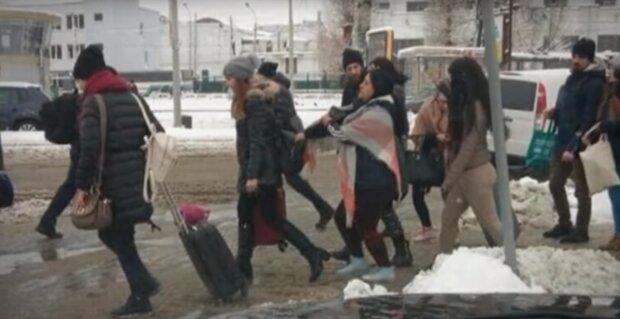 Во Львове орудует банда виртуозных воровок, раздевают на ходу, - фото
