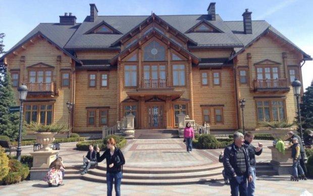 Огромный забор и Кобзон по соседству: как выглядит российское Межигорье Януковича
