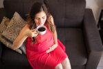 вагітна п'є каву, фото з вільних джерел