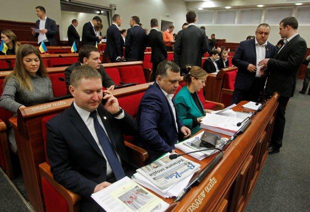 Киев по уши в долгах, а в мэрии отчитываются о миллионных зарплатах