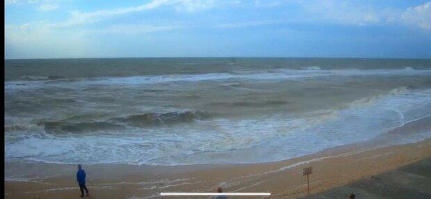 Мощнейший шторм прогнал туристов из Кирилловки - пляж пустой