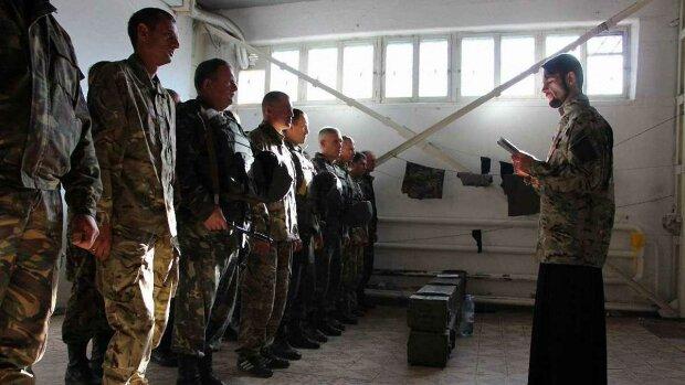 Військовий капелан на Донбасі, фото: Уніан