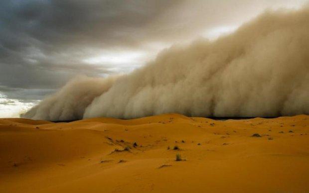Стихійний удар з Африки: піщана буря підібралась до України