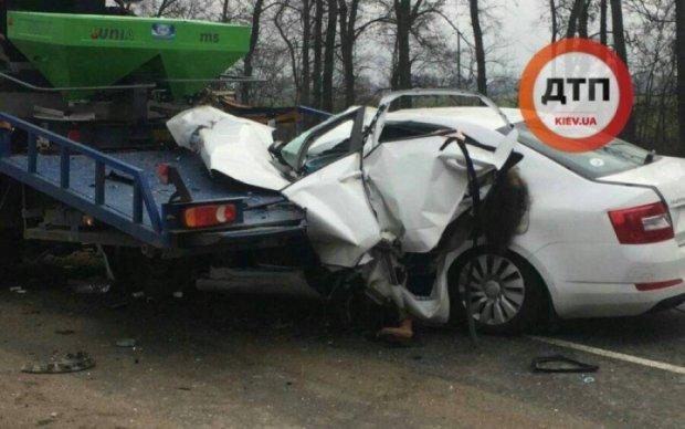 Груда металла: женщина-водитель влетела под эвакуатор на Киевщине