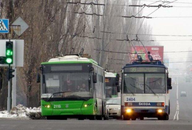 У Харкові кондуктор зробила приємно водієві прямо в тролейбусі