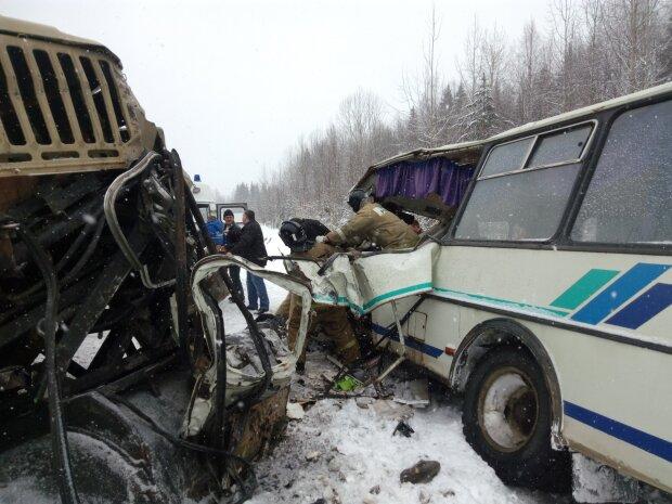 """Вантажівка пішла в лобову на переповнений автобус """"Київ-Одеса"""", людей вирізали з понівеченого металу"""