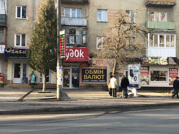 """Курс валют на 18 октября: гривна """"замерла"""" под натиском евро"""