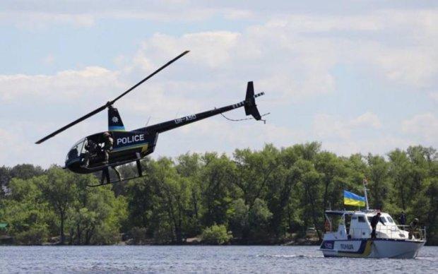 Чорний гелікоптер та крутий катер: київська поліція визволила заручників