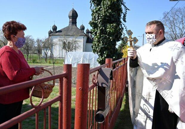 Греко-католики освятили кулич в масках через забор - обошлось без поцелуев руки и креста