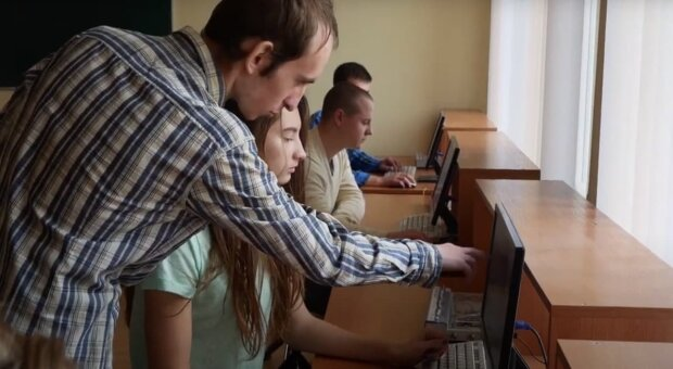 """Первокурсникам престижного украинского вуза показывают """"клубничку"""", чтобы те расслабились"""