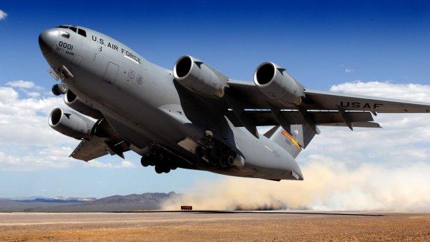 Военный самолет загорелся в полете: перепуганные люди молятся Богу о спасении
