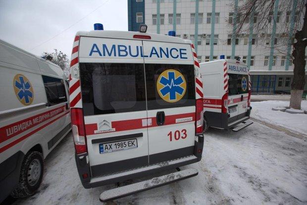 У центрі Харкова жінку ледь не вбила брила льоду: поки медики намагаються врятувати, привіт комунальникам