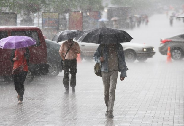 Погода на початку тижня остаточно доб'є стомлених українців: все тільки починається