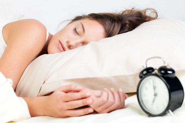 Вчені розповіли, як правильно спати: в цій позі знижується вага і покращується живлення мозку