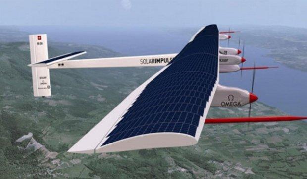 Літак на сонячній енергії прибув до чергового пункту призначення