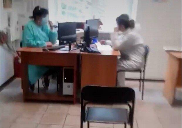 """В Днепре горе-медики ждали """"конверт"""", пока пациент корчился на полу в приемной - дикое видео возмутило Украину"""