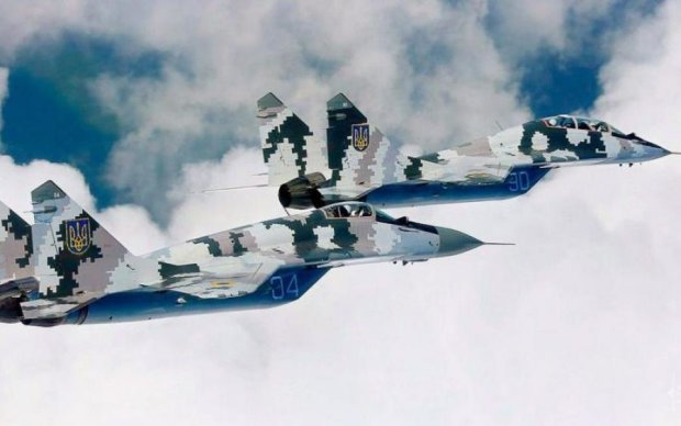 Военные асы в небе над Киевом показали свои возможности: фото