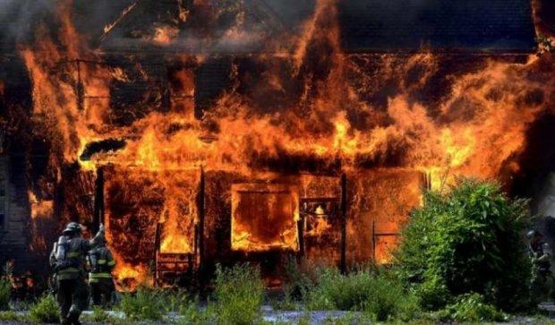 Семья Саханских приговорен к 15 годам за поджог своего дома