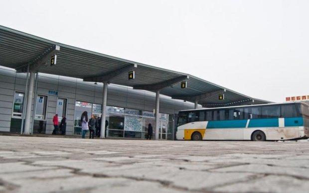 Випробували зброю: підлітки нещадно атакували маршрутку з пасажирами