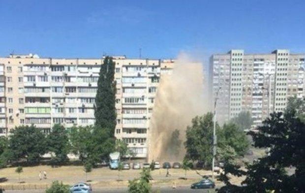 В Киеве на Троещине прорвало трубопровод