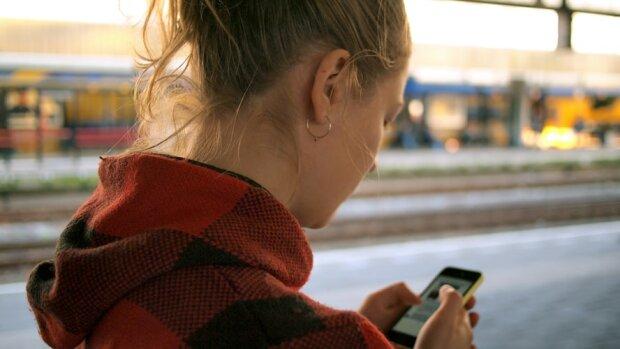Чи можна залишати телефон на зарядці на ніч? Експерти розклали усе по поличках