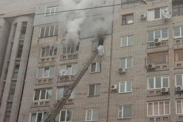 Вогонь охопив київську багатоповерхівку: люди заточені у квартирах, пожежники безсилі