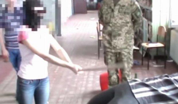 """Пострадавшие показали прокурорам, как их пытали бойцы """"Торнадо"""" (видео)"""