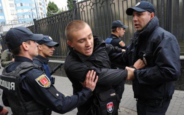 Збройне маски-шоу: в Києві розгромили популярний заклад