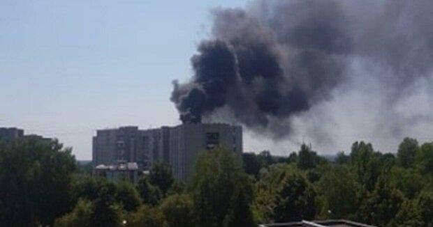 Многоквартирный дом во Львове охвачен пожаром — жильцы спасают последнее