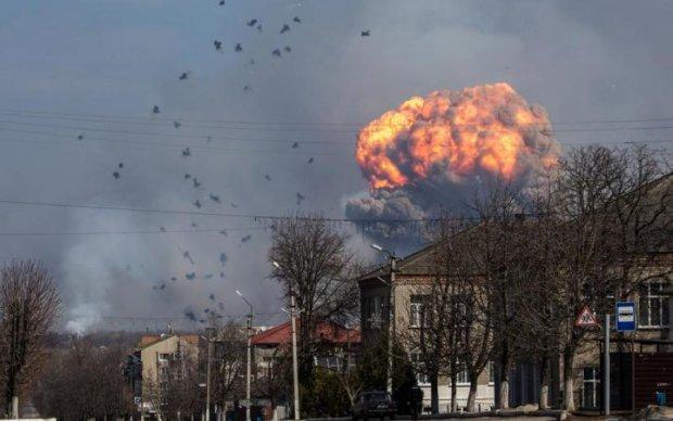 Знаковое место и день: под Винницей взорвались склады боеприпасов, людей эвакуируют