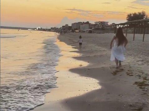 Ніна Матвієнко біжить по березі з онукою, скріншот