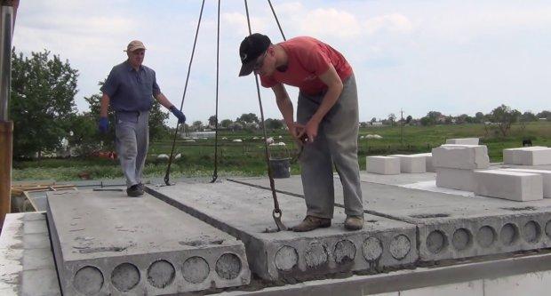 В Мариуполе на рабочих обрушилась бетонная плита: есть погибший