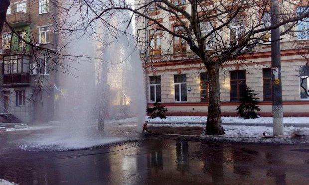 У Дніпрі з-під будинку забив фонтан, який затопив вулицю: відео