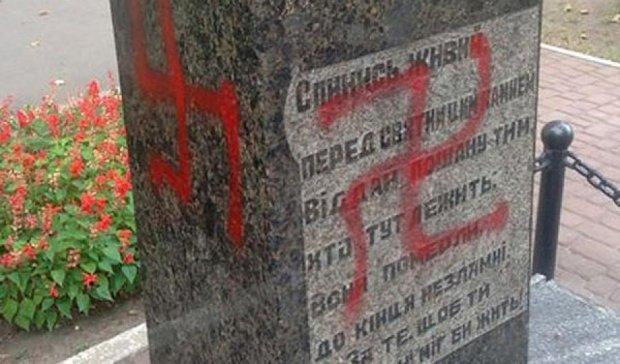 Памятник  советским соладатам в Харькове изуродовали свастикой (фото)