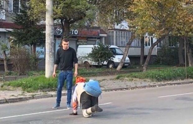 У Франківську безнога пенсіонерка переповзає дорогу, кадр з репортажу Вікна-новини: Facebook