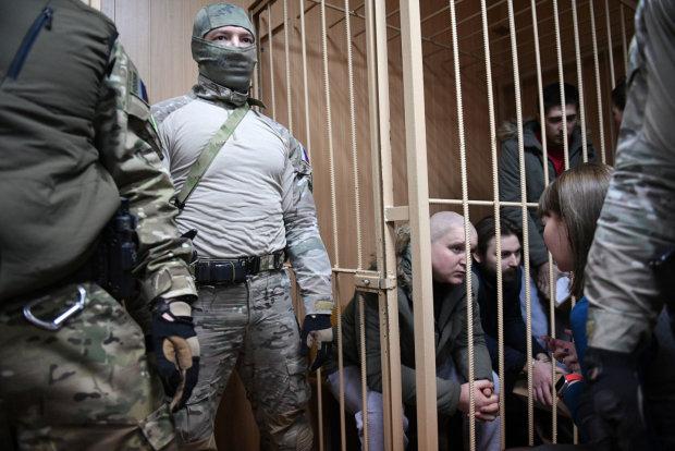 Українським полоненим морякам в Москві продовжили арешт, перші деталі: відео із зали суду