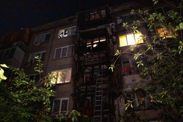 В Киеве пылает многоэтажка: столбы дыма и дикая паника, пожарные валятся с ног