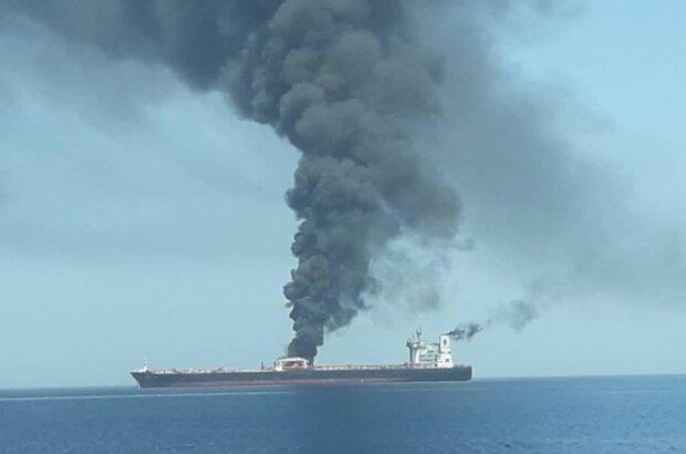 На іранському танкері прогримів вибух: Червоне море залило нафтою, деталі