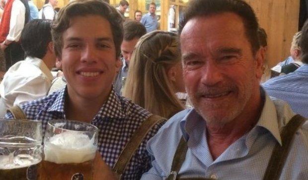 Шварценеггер посидел по-мужски с внебрачным сыном