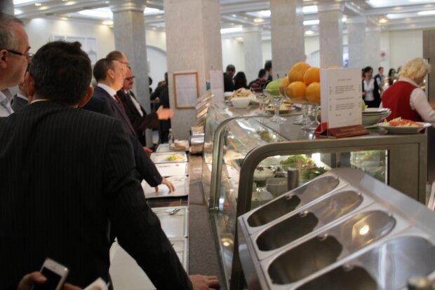 От красной икры до тигровых креветок: меню и цены столовой для депутатов