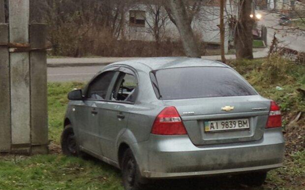 У Львові нахабні мародери  обікрали й пошкодили автомобіль киянина, який загримім до лікарні - не залишили нічого