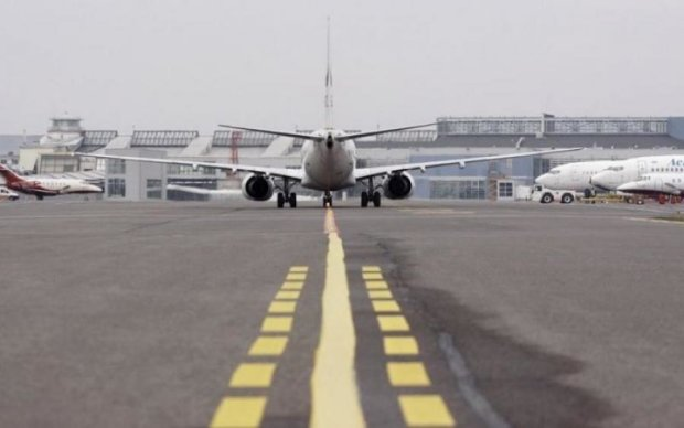 Небезпечний політ: літак повернувся в Жуляни одразу після зльоту
