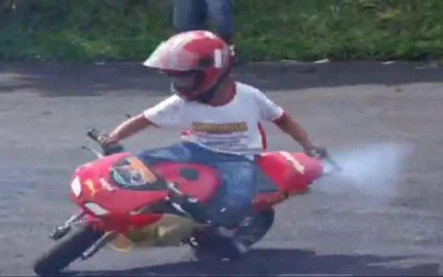 10-річний хлопчик заїхав під поїзд на мотоциклі: деталі трагедії