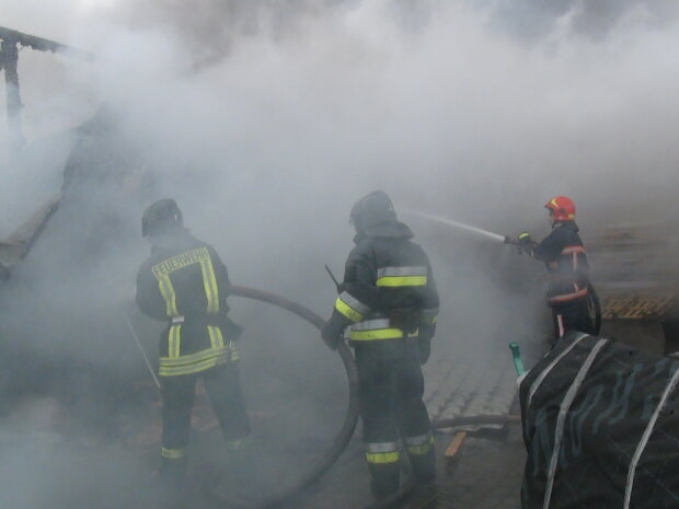 """""""Крематорий на колесах"""": на Львовщине грузовик вспыхнул на ходу, """"все в дыму"""" - кадры ужаса"""