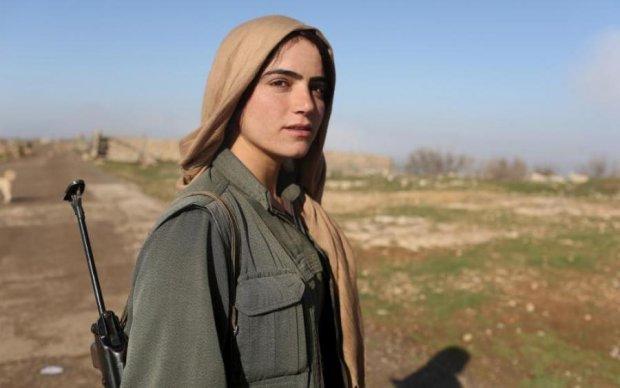 """Нарівні із чоловіками: жіночий батальйон курдів пішов в наступ на """"ІД"""""""