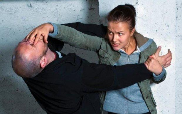 Копы показали, как защититься от нападающего с ножом: видео